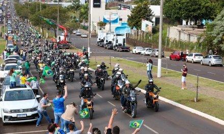Com João Rodrigues na garupa, Bolsonaro anda de moto e faz comício em Chapecó
