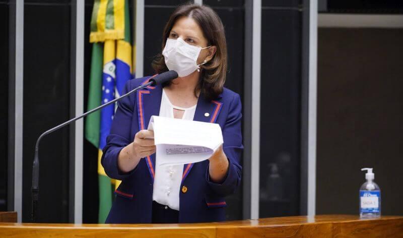 Carmen lamenta veto de Bolsonaro a projeto que facilitaria acesso a remédios orais contra câncer